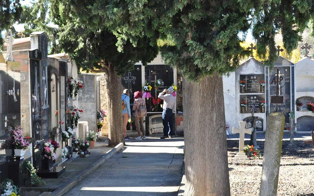 Las flores han tomado las lápidas y nichos del cementerio de Valderrobres pese a que ha habido una considerable menor afluencia de personas