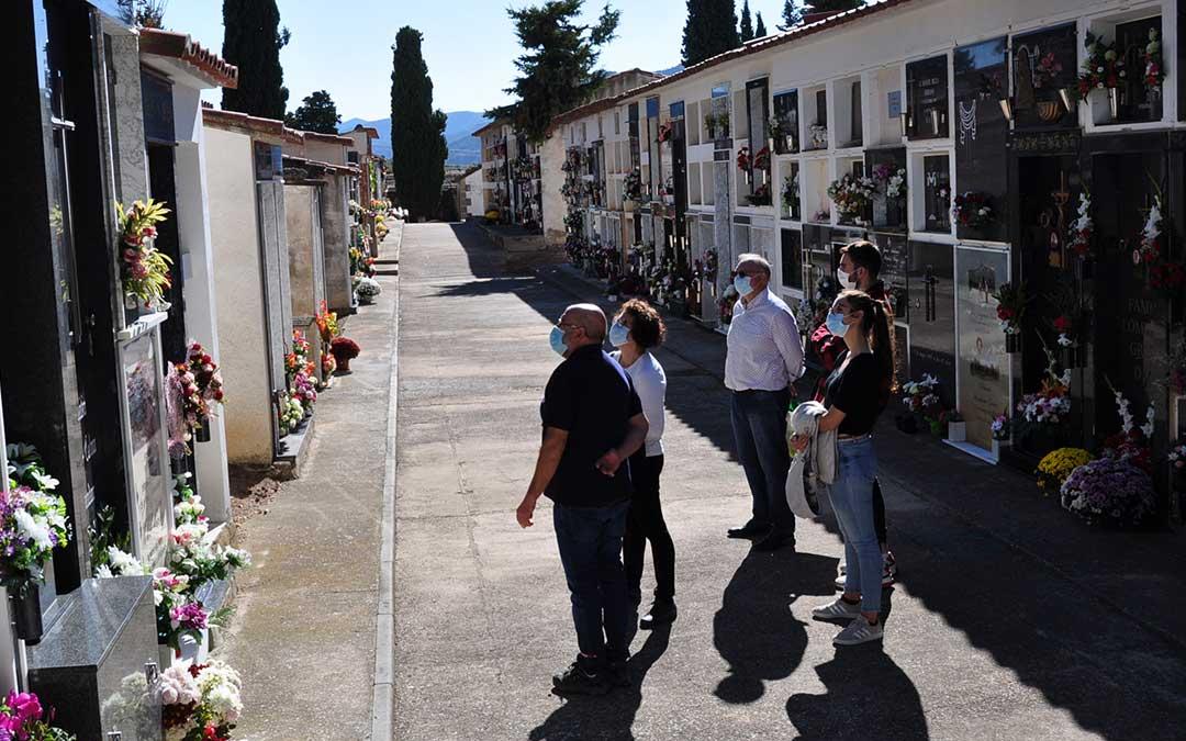 La familia Gil ha sido una de las que ha acudido a visitar a sus antepasados al cementerio de Valderrobres.