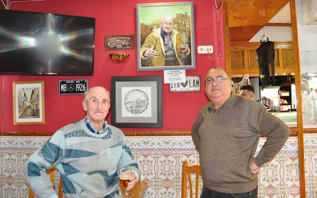 El pintor cretense junto a 'El Bicho' y el retrato del valderrobrense.