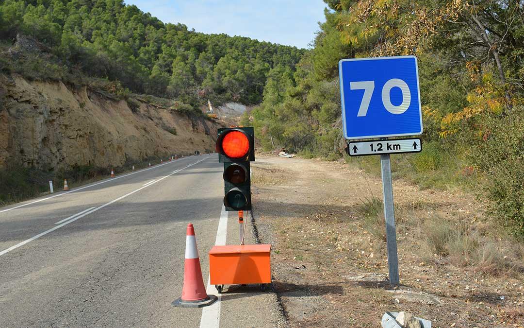 El paso se encuentra regulado por un semáforo que detiene la circulación de cada uno de los carriles unos 3 minutos.