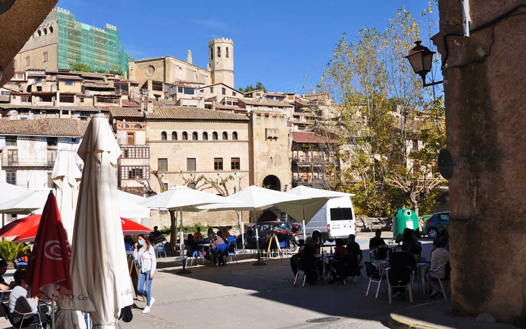 Algunas terrazas como las del centro de Valderrobres pudieron trabajar gracias al cliente local y al buen tiempo durante el puente de Todos los Santos.