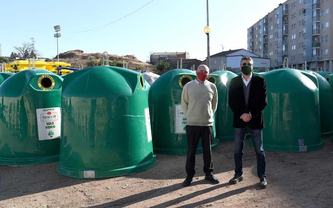 Entrega de los 28 nuevos contenedores de Ecovidrio con Javier Baigorri y Oskar Acedo / Ayto. Alcañiz
