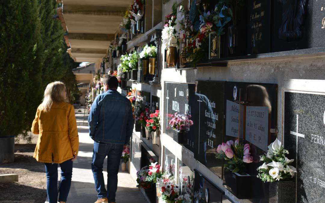 Visitantes recorriendo la acera este domingo en el cementerio de Alcañiz./I.M.