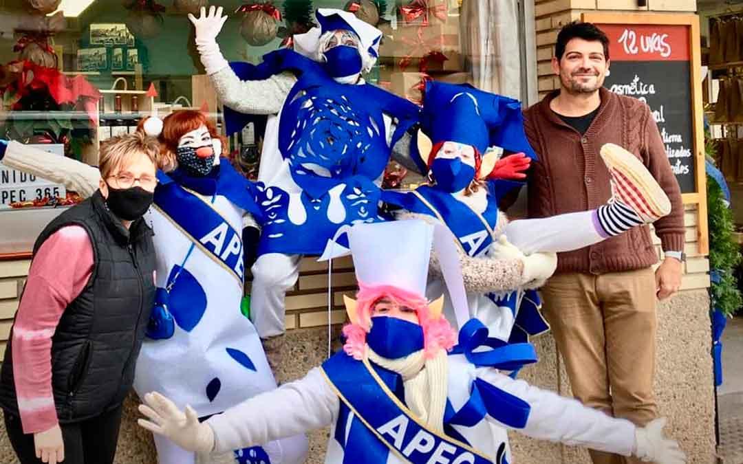 Los elfos de APEC en la puerta del comercio 12 Uvas de Caspe, uno de los participantes de la campaña.