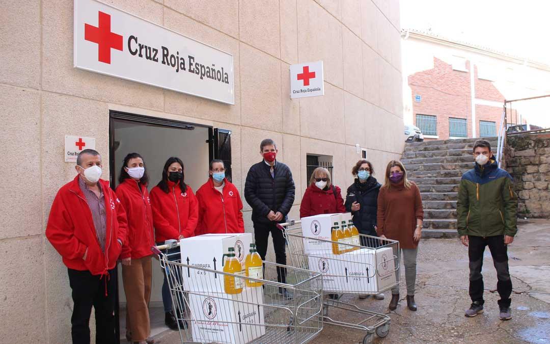 Entrega de alimentos a Cruz Roja Alcañiz. Entre otros, aceite Frutas del Martín de Albalate / L. Castel