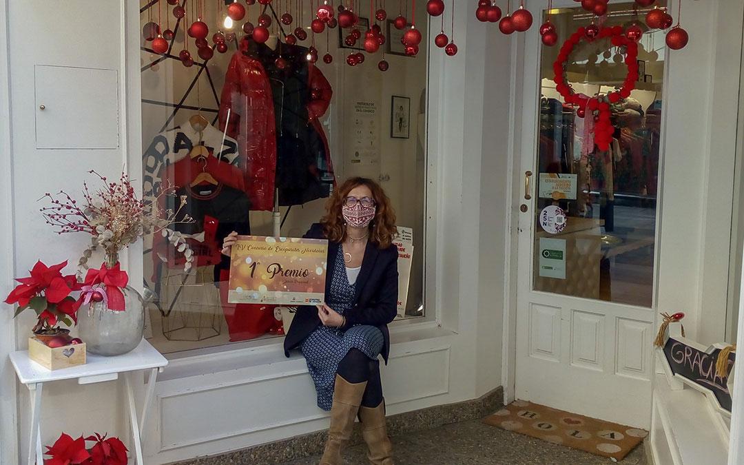 Cristina Foz, con el premio del jurado a El Ropero como ganador en Alcañiz. / L.C.