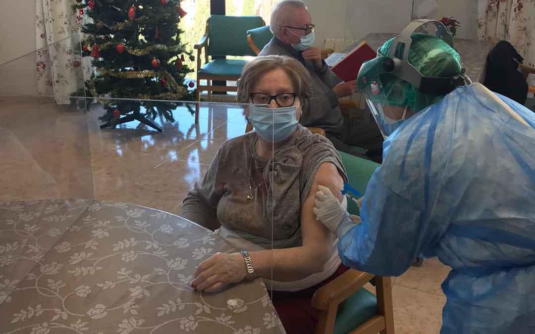 Carmen Mir Parrilla, de 71 años, la primera que se ha vacunado en Residencia Alcañiz. / ANGEL ALEJOS