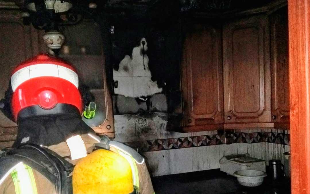 Los bomberos de la DPT sofocan un incendio en una vivienda de Alcorisa./ Bomberos de la DPT
