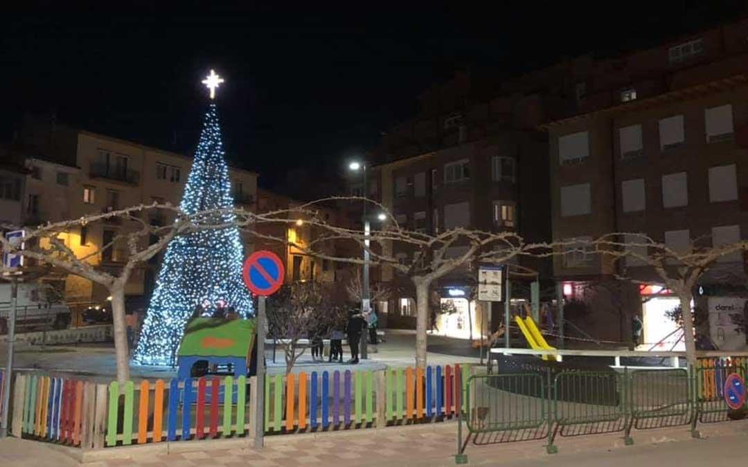 n El árbol en la plaza Bienvenida Argensola de Alcorisa, ha cambiado de ubicación respecto a años anteriores / Ayto. Alcorisa