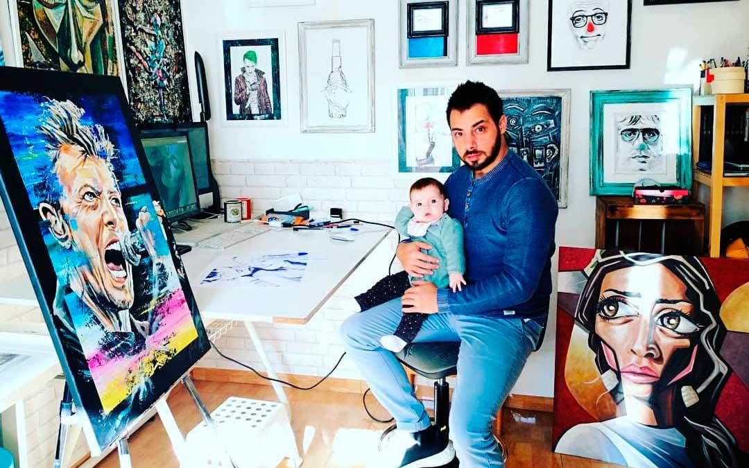 El artista hijarano junto a su hija de 5 meses de edad en el estudio en el que trabaja en la ciudad de Teruel.
