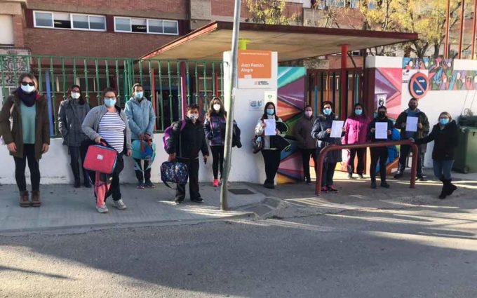 Las familias de los alumnos de 1º de Primaria del Juan Ramón Alegre de Andorra denuncian la falta de recursos educativos