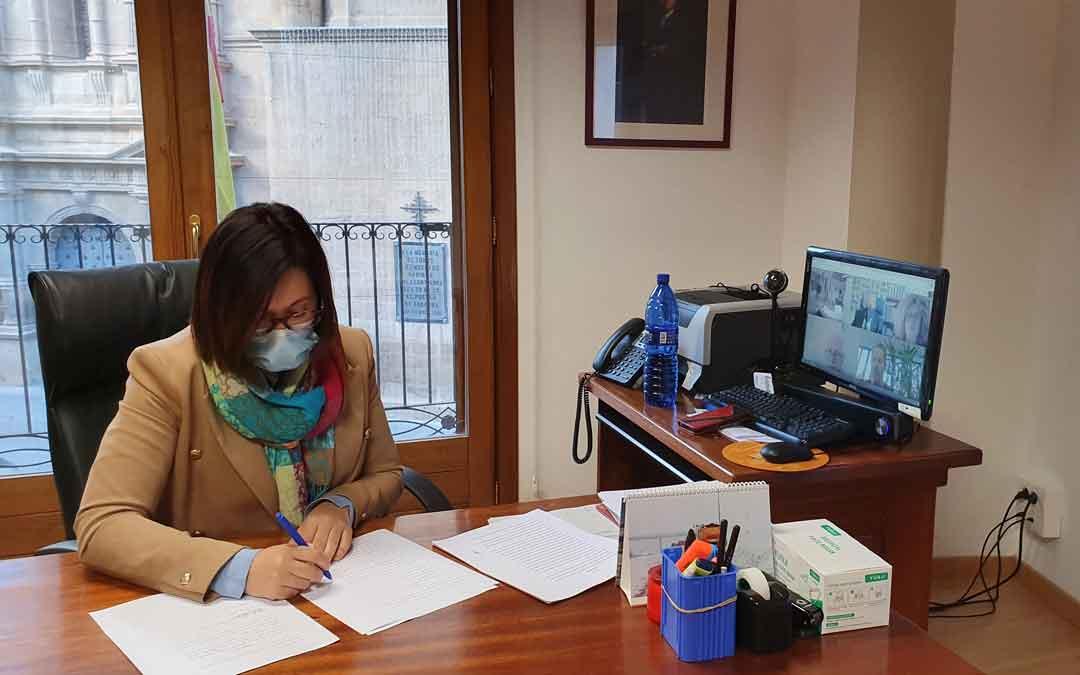 La presidenta comarcal, Marta Sancho, firma los documentos de la federación / COMARCA ANDORRA SIERRA DE ARCOS