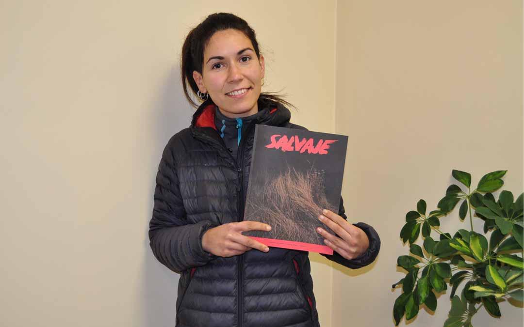 La redactora jefa de Salvaje, la peiodista valderrobrense Annabel Roda, muestra la sexta edición de la publicación.