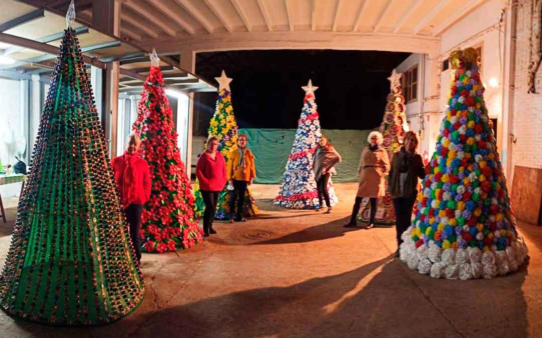 Integrantes de la Asociación de la Mujer Caspolina con sus árboles reciclados.