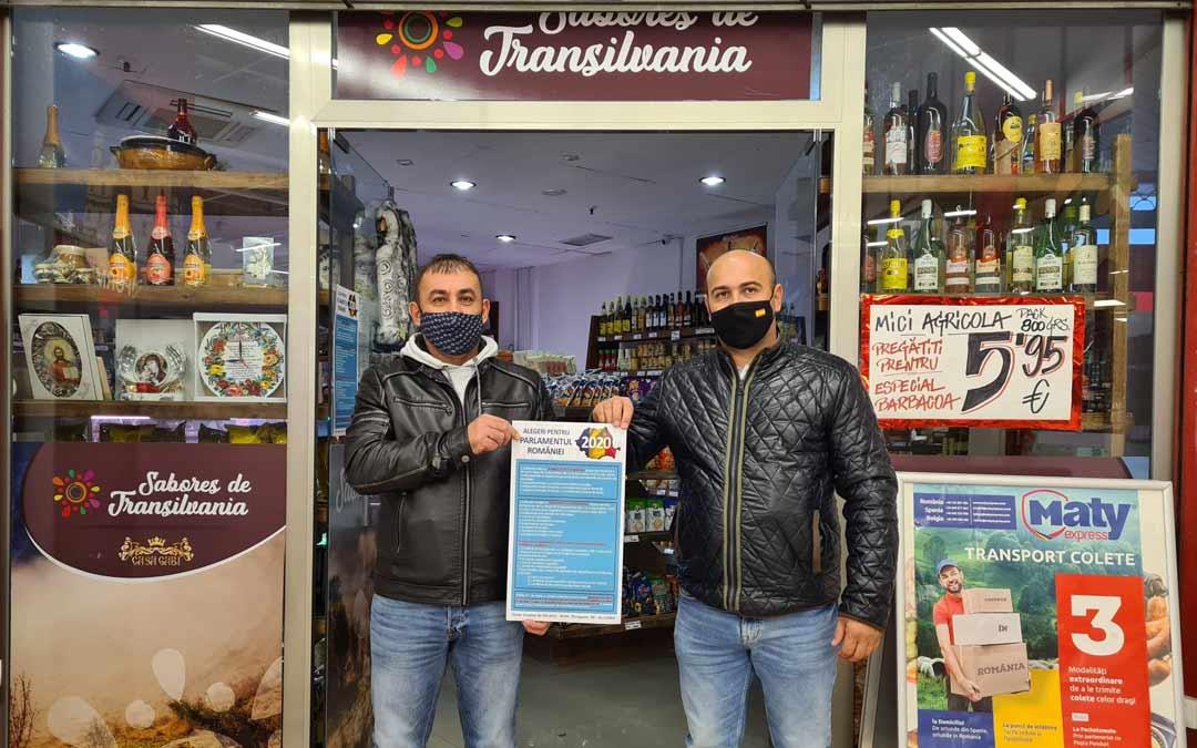 Vasile Csalai y Daniel Cheres, responsables de la Asociación Rumanos en el Bajo Aragón, repartiendo carteles en Alcañiz./D. Cheles