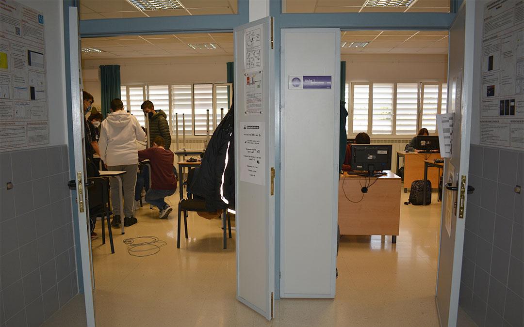 A la izq. la nueva aula adaptada a las metodologías activas; y a la dcha. un aula convencional con largos bancos mirando a la pizarra./ M. Celiméndiz