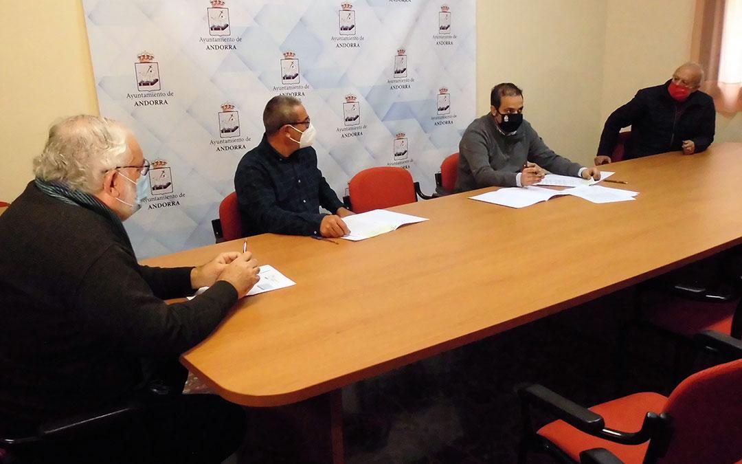 Representantes del CELAN, Cruz Roja y Donantes de Sangre junto al alcalde de Andorra, Antonio Amador, durante la firma de los convenios./ Ayto. Andorra