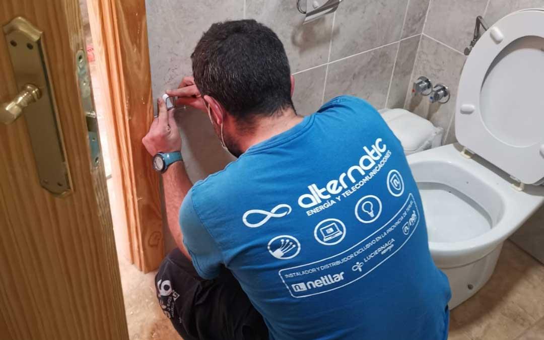 En los baños se ha colocado un interruptor a medio metro para pulsarlo en caso de una caída / Alternatic-Netllar