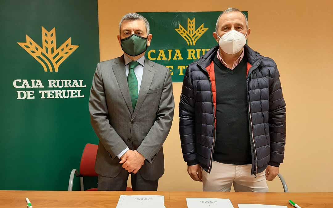 Ángel Espinosa, Director del Área de Negocio de Caja Rural de Teruel, y Manuel Esteve sellaron el acuerdo.