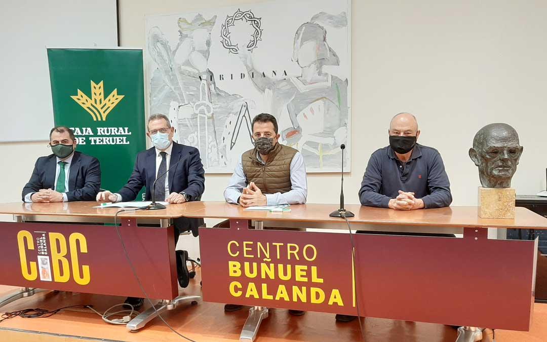 Alberto Herrero, alcalde de Calanda y presidente de la Fundación Centro Buñuel Calanda; y José Cuevas, presidente de Caja Rural de Teruel; firmaron el acuerdo / Caja Rural