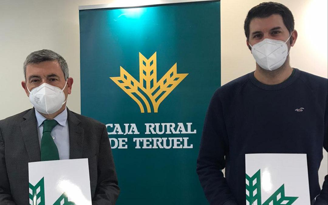 Firma del convenio por parte de Ángel Espinosa, Director del Área de Negocio de Caja Rural de Teruel, y Ángel Morlanés, Presidente de la Asociación de Pistacheros de Aragón