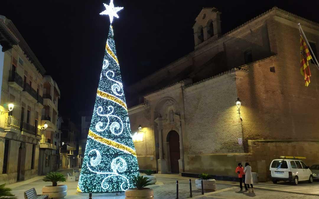 La plaza del Ayuntamiento luce con un nuevo árbol y también se han renovado las luces de algunas calles / J. Peñalver