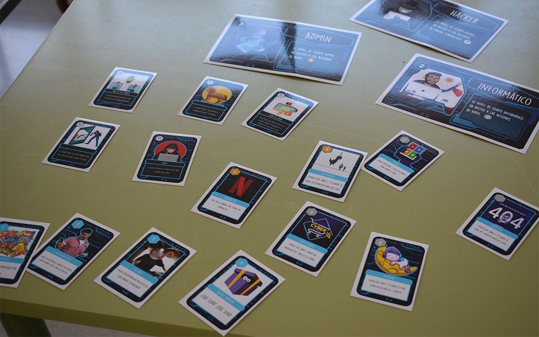 Los alumnos pueden conseguir cartas que les dan ventajas en el aula cuando suben de nivel./ M. Celiméndiz