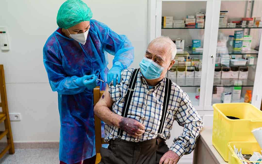 Andres Prades, primer vacunado de Caspe, tiene 80 años. / CESÁREO LARROSA