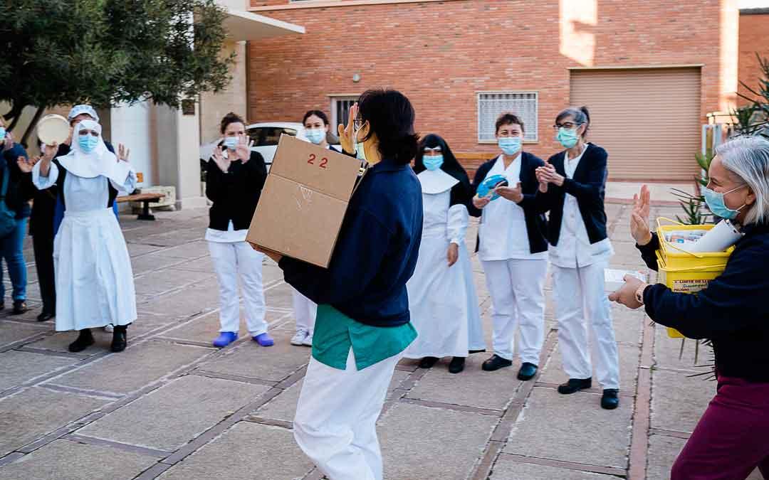 Bienvenida a la vacuna entre villancicos y aplausos en la residencia de Caspe. / CESÁREO LARROSA