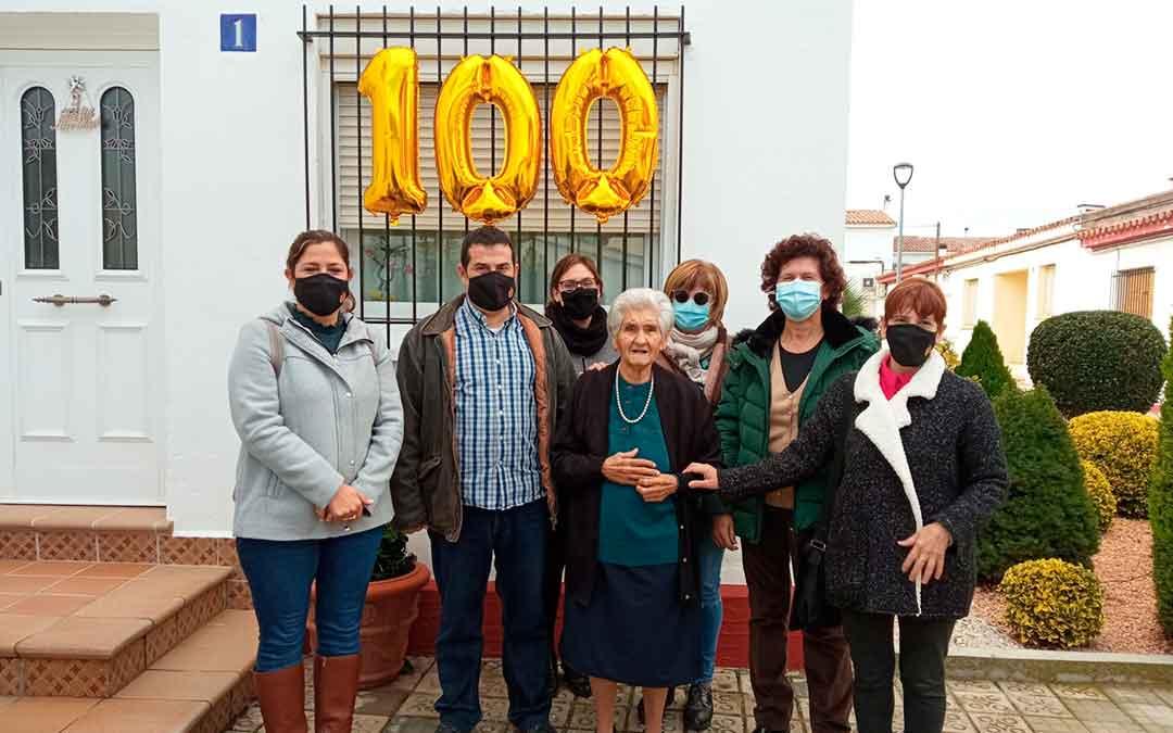 María Roca junto a representantes del Ayuntamiento de Fayón y de asociaciones de la localidad.