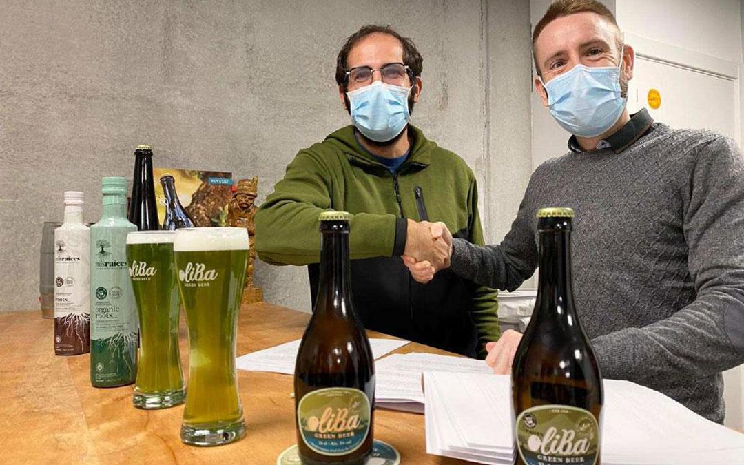 Ivan Caelles Colomés (a la izquierda) y Víctor Moreno Pastor (a la derecha) oficializan la unión entre Oliba Green Beer y Mis Raíces.