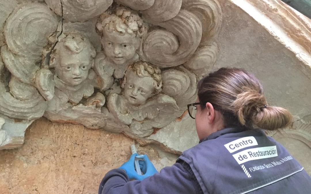 Una restauradora de la Fundación Santa María de Albarracín trabajando en el Convento de Cuevas de Cañart./ Comarca Maestrazgo
