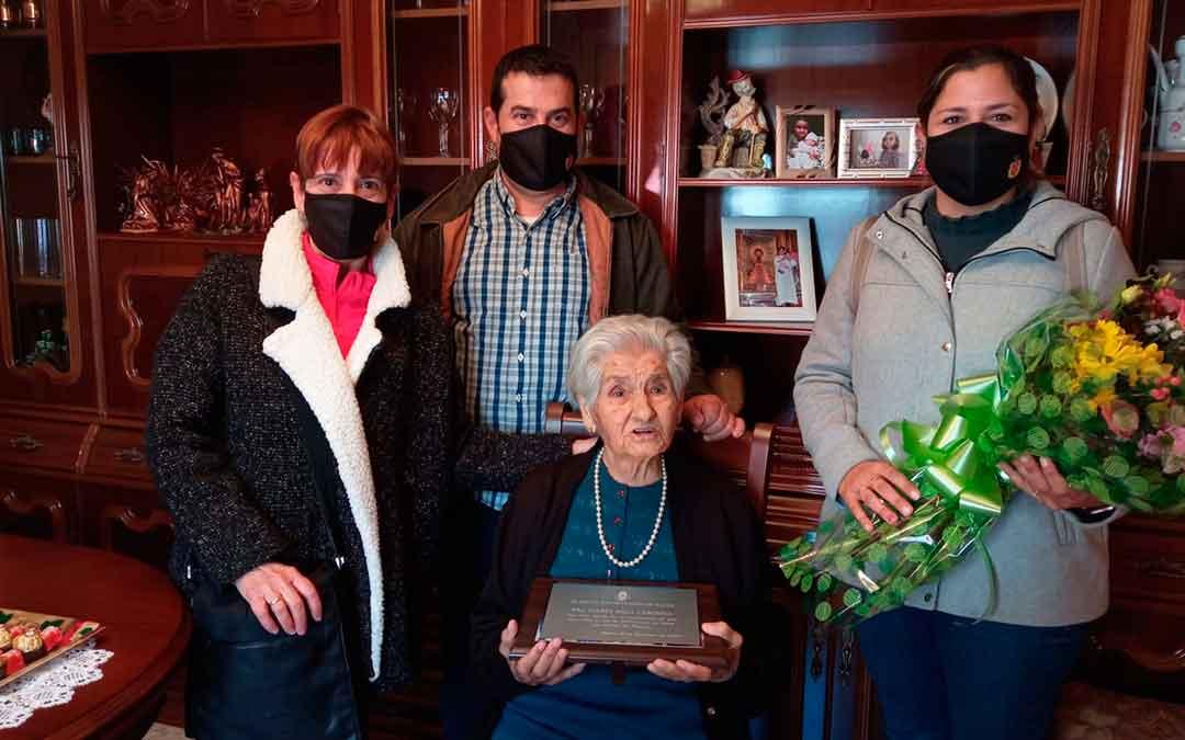 Tres representantes del Ayuntamiento de Fayón (Magnolia Mestre, María Alcaraz y Roberto Cabistany) junto a la centenaria.