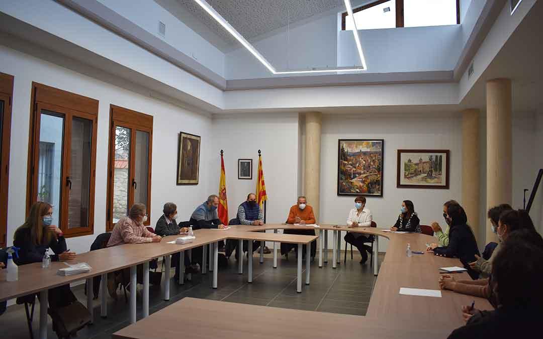 A la firma del acuerdo acudieron alcaldes, representantes de la Comarca y de Caritas Parroquial, Cruz Roja, Asadicc, UNED, y de Fundación Federico Ozanam.