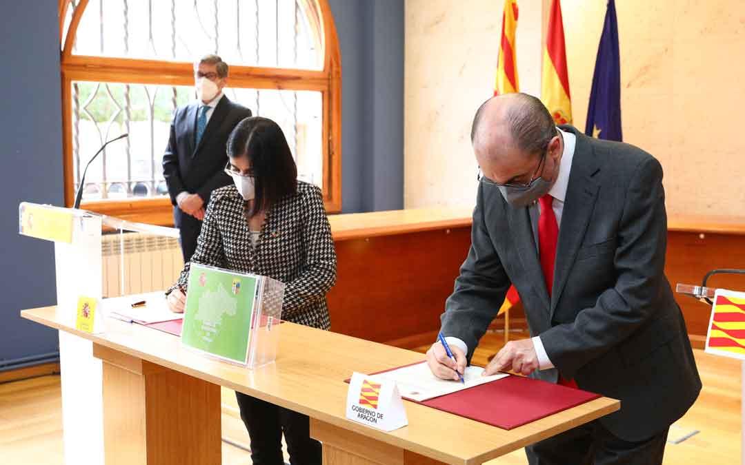 La Ministra Darias y el presidente Lambán firmando el convenio ayer en Calamocha. Detrás, Arturo Aliaga./ ARAGÓN HOY
