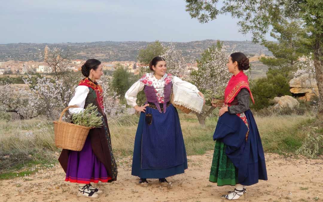 Estampa de tres mujeres en el campo de Valdealgorfa./Dabí Latas