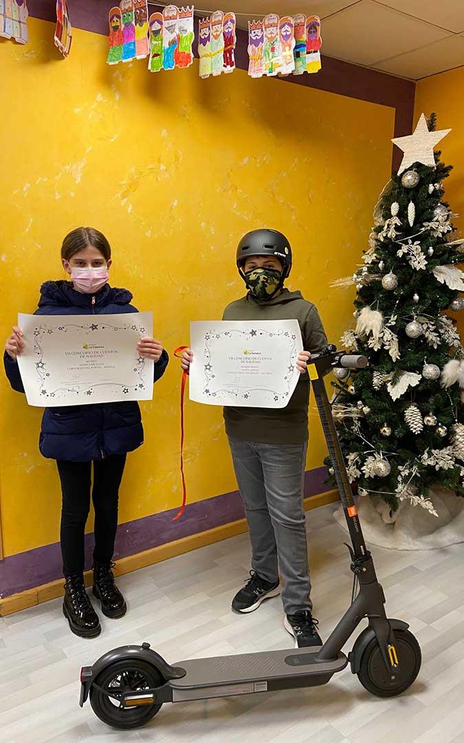 Nadia Carceller y Albán Gracia posan con los diplomas que les acreditan como ganadores del VII Concurso de Cuentos de Navidad de Radio La Comarca./ M.C.