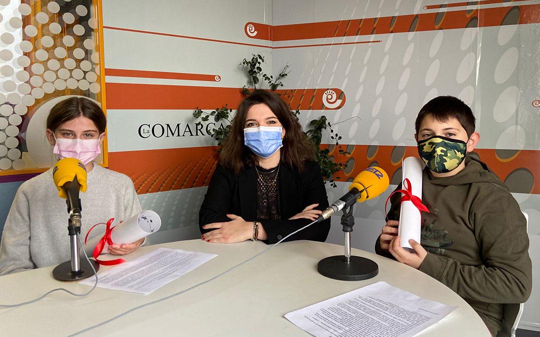 Nadia Carceller, Alicia Martín y Albán Gracia en el estudio central de Radio La Comarca./ L.C.