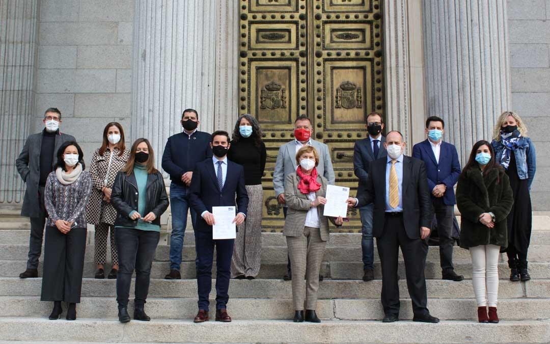 Todos los firmantes de la PNL, incluido el diputado del PSOE de Teruel, Herminio Sancho, ante la puerta del Congreso / PSOE