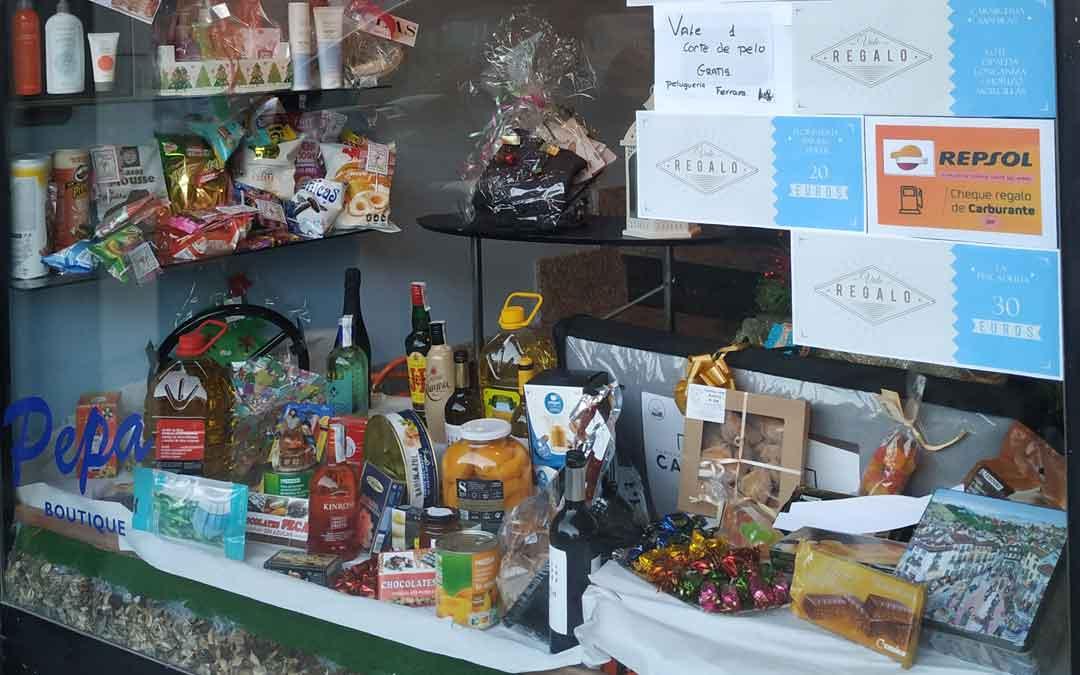 La cesta de Navidad contiene todo tipo de productos / COMERCIOS HÍJAR