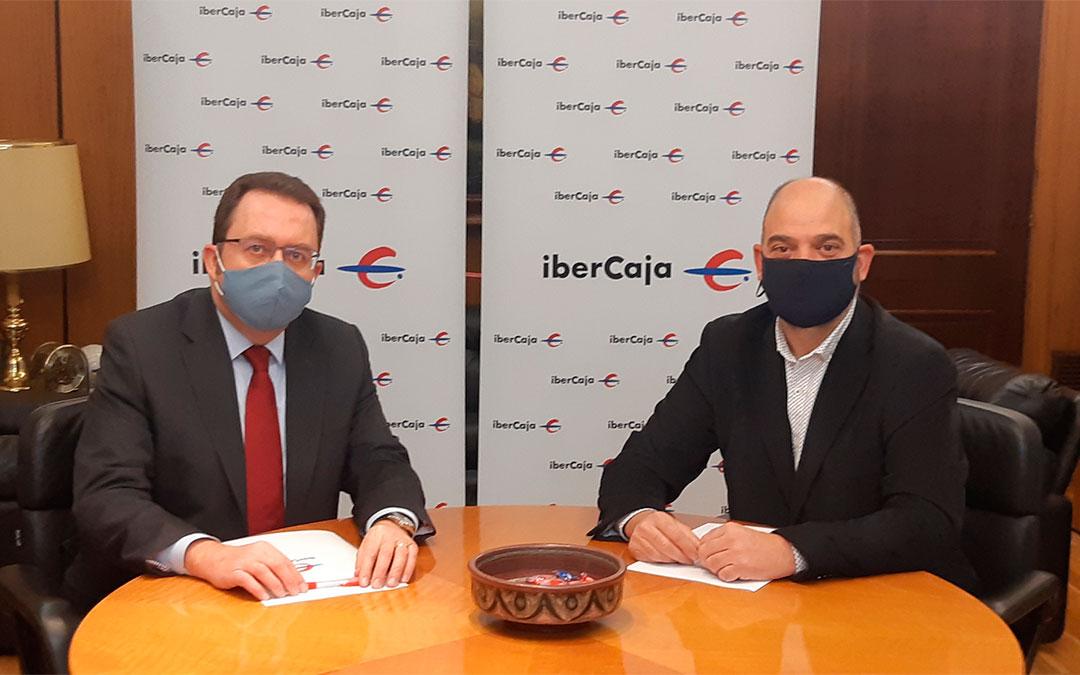 El director provincial de Ibercaja Banco en Teruel, Jesús Beamonte, y el presidente de la Cámara de Teruel, Antonio Santa Isabel./ Ibercaja