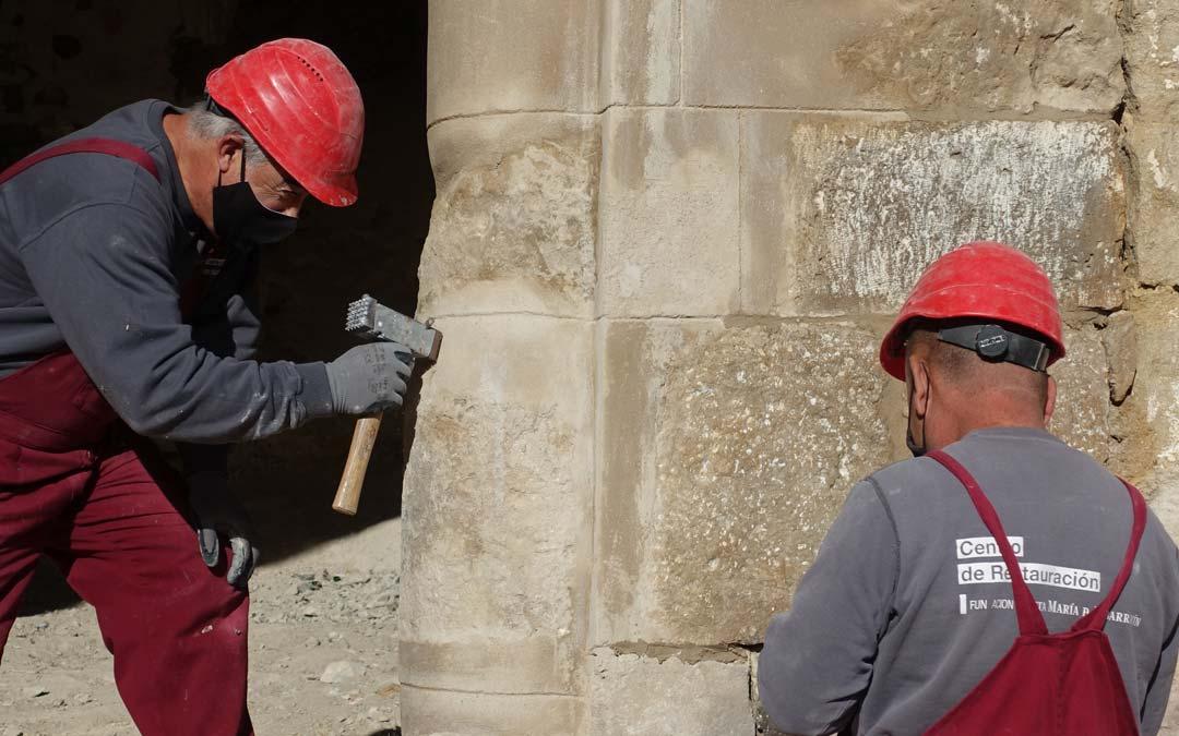 Albañiles trabajando en la reforma del antiguo hospicio./Comarca Maestrazgo