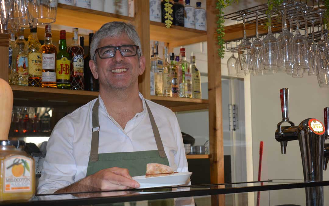 Luis Sábado, en el mostrador del bar 'La Lola' de Alcañiz / I. Marinescu