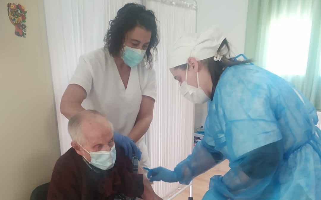 Antonio Fuster Ciprés, de 101 años, vacunándose en la residencia de Mas de las Matas. / C. S.