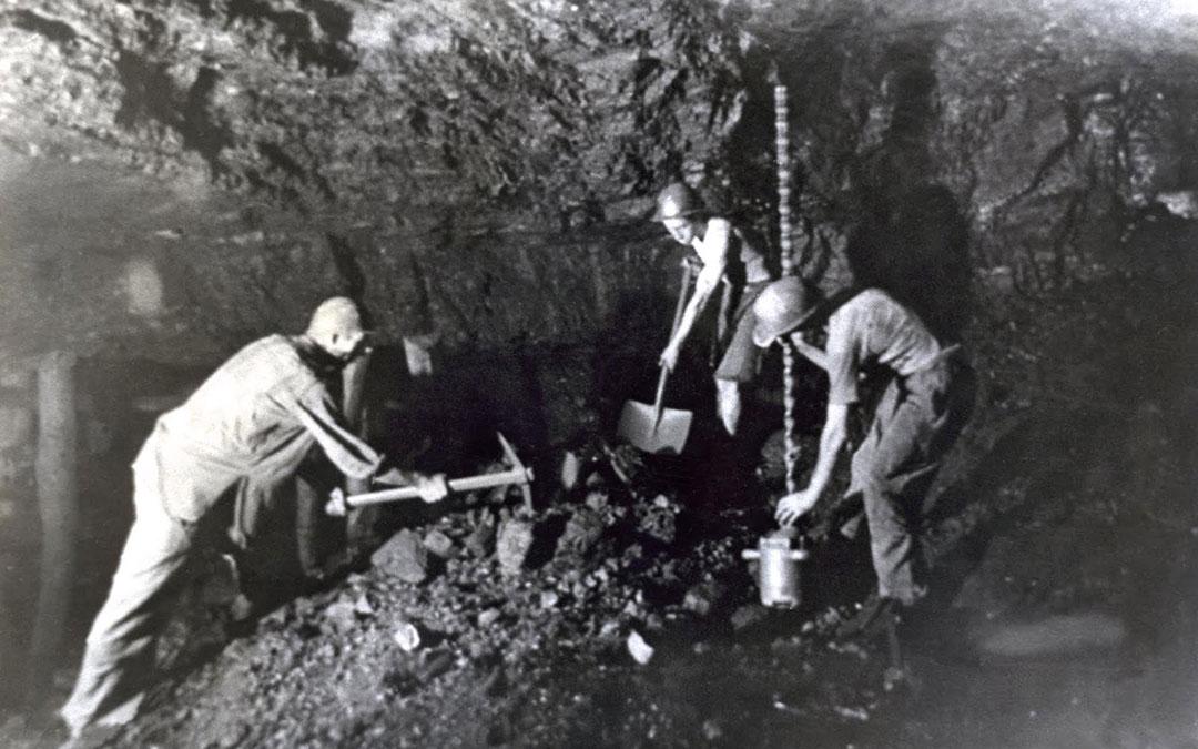 'Mineros de Escucha', una de las imágenes que la localidad recuerda en estas fechas./ Archivo DPT Instituto de Estudios Turolenses