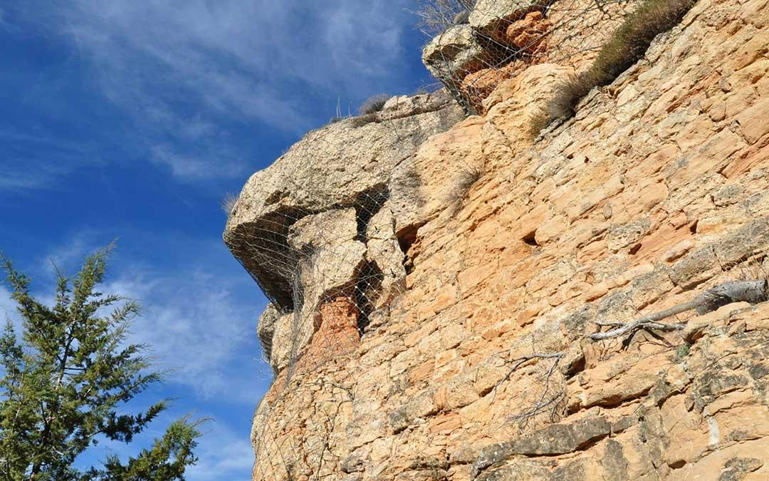 Las grietas en algunos bloques de roca conglomerada son más que evidentes en La Mola./ Javier de Luna