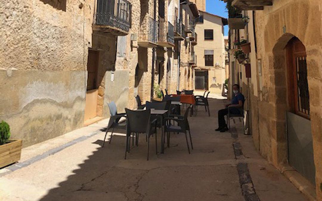 Multiservicio de Fórnoles con la terraza en la calle / Cámara de Comercio de Teruel