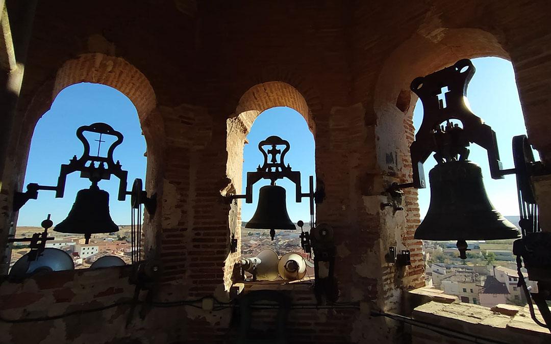 Zona alta de la torre mudejar de Muniesa desde dentro, con varias de sus campanas./ L.C.