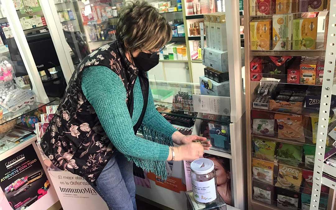 Una mujer con sus pesetas en uno de los puntos de donación de la campaña 'Nuestra torre es más chula que las pesetas'./ L.C.