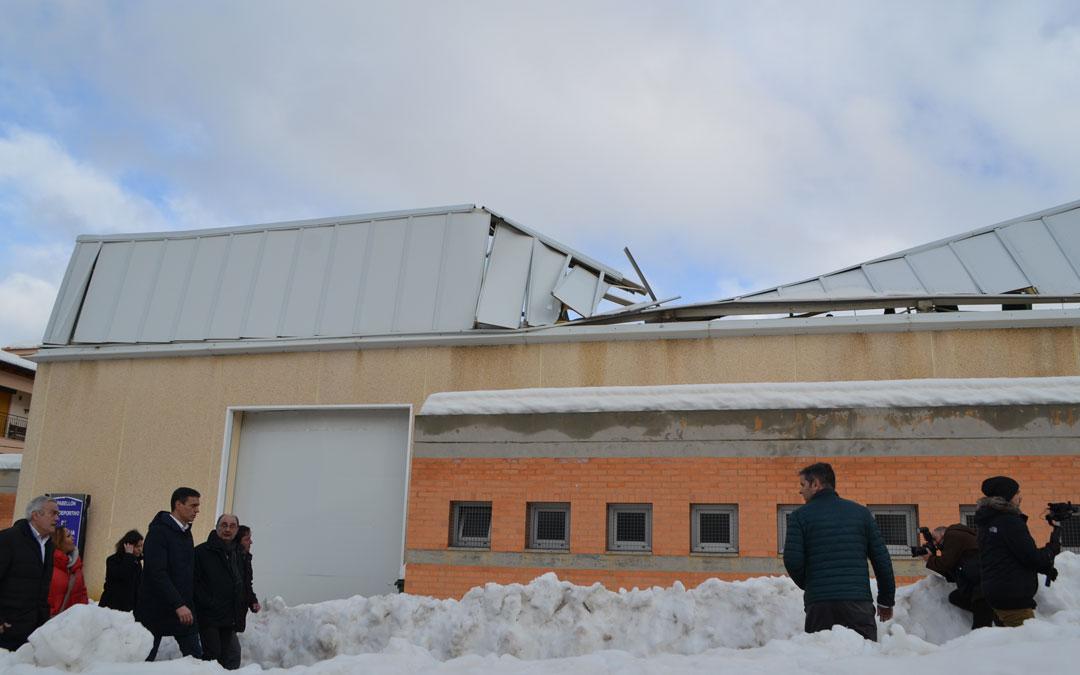 Visita de Pedro Sánchez a Cantavieja con el pabellón de fondo con su tejado hundido. Foto: L.C.